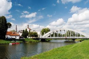 Obloukový most přes řeku Moravu